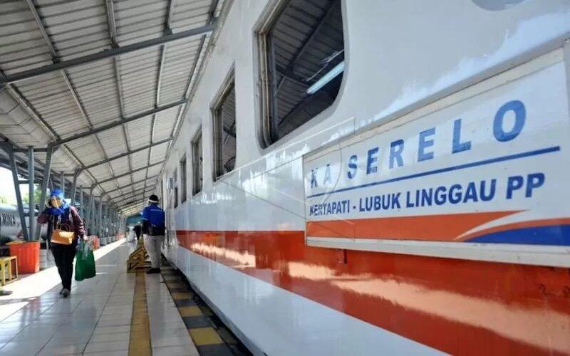 Penumpang berjalan menuju gerbong KA Serelo sebelum keberangkatan di Stasiun Kereta Api Kertapati Palembang, Sumsel, Kamis (24/9/2020). - Antara/Feny Selly