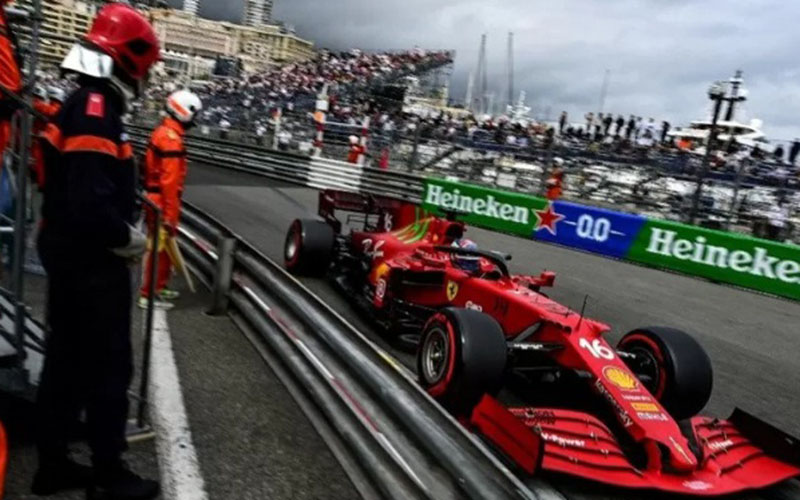 Pebalap tim Ferrari Charles Leclerc menjalani sesi kualifikasi Grand Prix Monako. (22/5/2021)./Antara - AFP