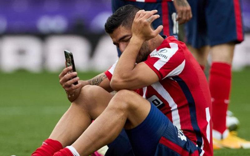 Luis Suarez menangis sesaat setelah pertandingan kontra Real Valladolid dengan golnya menentukan Atletico Madrid juara La Liga Spanyol. - BBC