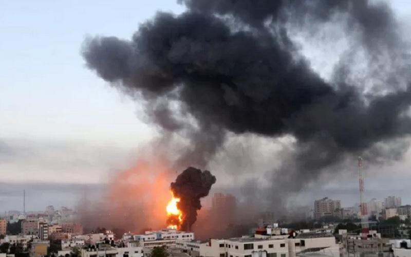 Asap dan api membumbung selama serangan udara Israel di tengah maraknya kekerasan Israel-Palestina, di Gaza (12/5/2021). - Antara\r\n\r\n
