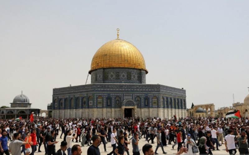 Warga Palestina berjalan di lapangan tempat Mesjid Al-Aqsa berdiri, yang dikenal oleh Muslim sebagai Noble Sanctuary dan untuk Yahudi sebagai Temple Mount di Kota Tua Yerusalem, Jumat (21/5/2021)./Antara - Reuters/Ammar Awad