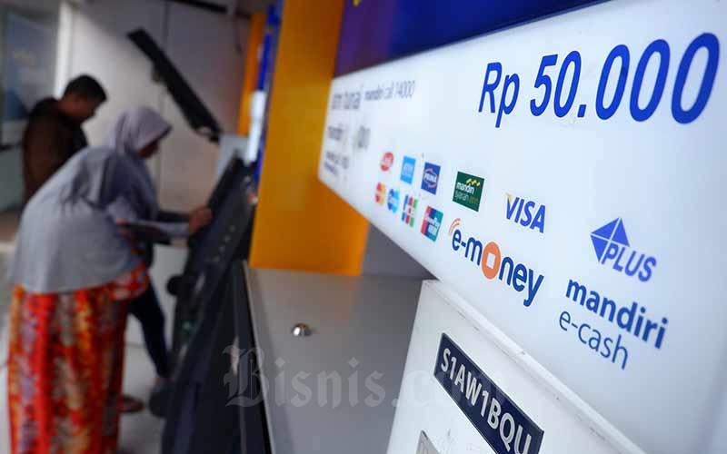 Nasabah melakukan transaksi elektronik lewat ATM Bank Mandiri di Jakarta, Senin (1/10/2019). Bisnis - Nurul Hidayat