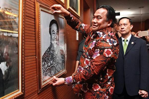 Mantan Menteri Perdagangan Rachmat Gobel (kiri) memasang foto dirinya disaksikan Menteri Perdagangan Thomas Trikasih Lembong (kiri) usai serah terima jabatan di Kantor Kementerian Perdagangan, Jakarta, Rabu (12/8). - Muhammad Adimaja