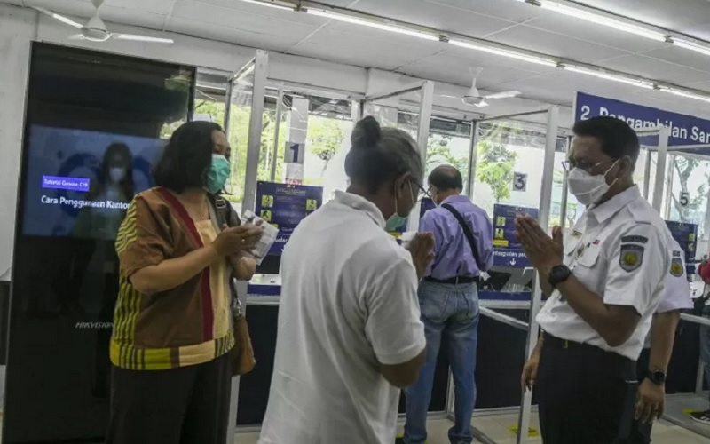 Direktur Utama PT Kereta Api Indonesia (Persero) Didiek Hartantyo (kanan) meninjau pelayanan pemeriksaan GeNoSe C19 di Stasiun Gambir, Jakarta, Senin (3/5/21).  - Antara