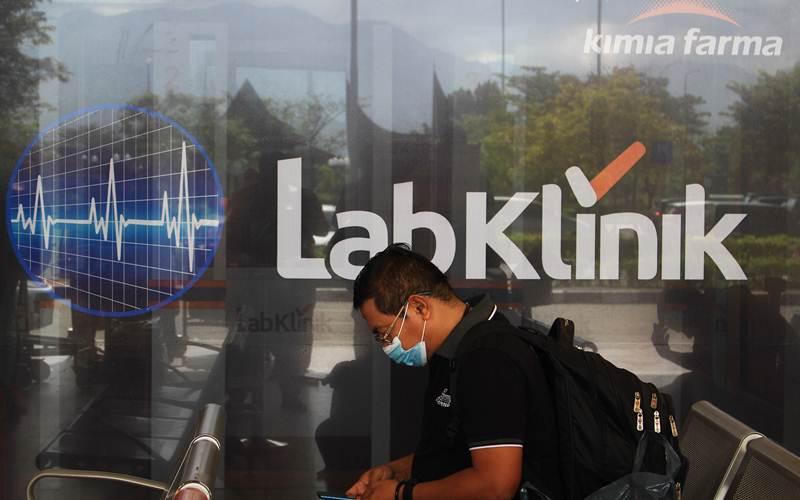 Salah seorang warga bersiap hendak melakukan tes rapid antigen di Klinik Kimia Farma di Bandara Internasional Minangkabau. - Bisnis/Noli Hendra