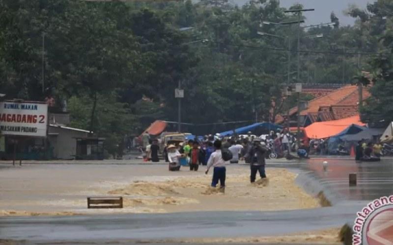 Dokumentasi banjir tahun lalu - Sejumlah warga melintasi banjir yang merendam jalur pantura Kertasmaya, Indramayu, Jawa Barat, Senin (16/3). (ANTARA FOTO - Dedhez Anggara)