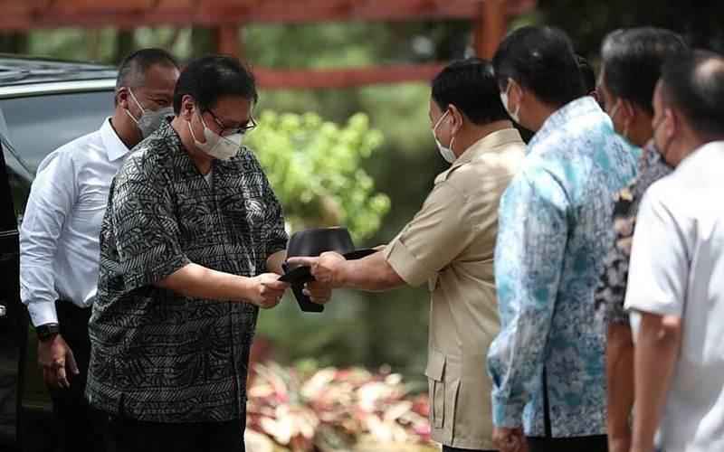 Ketua Umum Partai Golkar Airlangga (kiri), yang saat ini juga menjabat Menko Perekonomian, menghadiahkan sebuah topi berwarna hitam kepada Ketua Umum Partai Gerindra Prabowo Subianto, yang juga menjabat Menteri Pemerintahan di Kabinet Pemerintahan Presiden Jokowi. - Twitter/airlangga/hrt