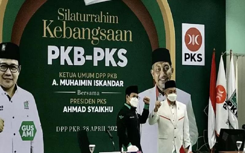 Presiden Partai Keadilan Sejahtera (PKS) Ahmad Syaikhu (kanan) dan Ketua Umum DPP Partai Kebangkitan Bangsa (PKB) Abdul Muhaimin Iskandar (kiri) berfoto bersama sebelum memulai pertemuan di Kantor DPP PKB di Jalan Raden Saleh, Jakarta, Rabu (28/4/2021). - Antara\r\n\r\n