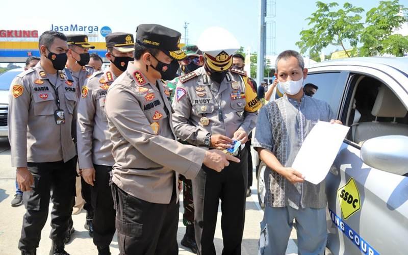 Kapolda Jawa Tengah Irjen Pol. Ahmad Luthfi saat melakukan cek arus balik di Pospam Kalikangkung, Tegal, pada 17 Mei 2021./Bisnis - Alif Nazzala Rizki