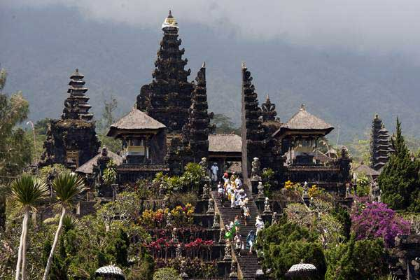 Umat Hindu menggelar upacara di Pura Besakih yaitu Pura yang berada di kaki Gunung Agung, Karangasem, Bali, Selasa (19/9). - ANTARA/Nyoman Budhiana