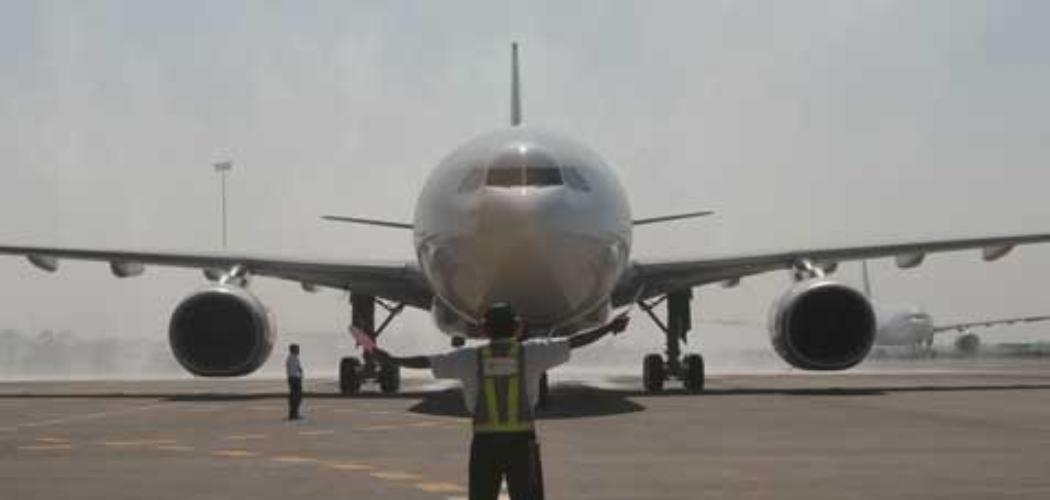 Sebuah pesawat baru saja mendarat.  - Bisnis.com