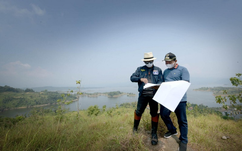 Gubernur Jawa Barat Ridwan Kamil (kiri) meninjau lokasi yang akan menjadi landmark pariwisata kawasan Jatigede di Kabupaten Sumedang - Istimewa