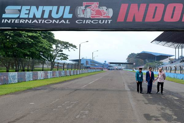 Presiden Joko Widodo (tengah) didampingi Tinton Soeprapto (kiri) dan Ananda Mikola meninjau Sirkuit Internasional Sentul di Jawa Barat, Selasa (6/3). - Biropers Setpres