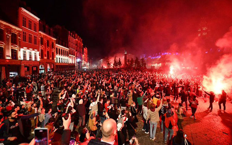 Warga Lille merayakan kemenangan tkimnya juara Ligue 1 Prancis. - Twitter@LOSC_EN