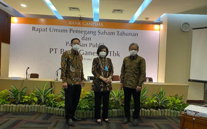 Direktur Utama Bank Ganesha Lisawati (tengah) berfoto diapit Direktur Setiawan Kumala (kiri) dan Direktur Sugiaeto Surjadi (kanan) usai Rapat Umum Pemegang Saham Tahunan PT Bank Ganesha Tbk di Jakarta, Rabu (19/5/2021). Bisnis - Khadijah Shahnaz