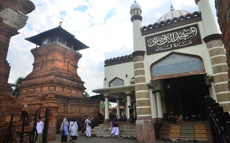 Pengunjung berjalan di depan Masjid Menara Kudus, Kudus, Jawa Tengah, Sabtu (24/4/2021). Masjid yang bernama resmi Masjid Al Aqsa Manarat Qudus yang berarsitektur perpaduan budaya Islam dengan budaya Hindu tersebut dibangun pada masa Sunan Kudus pada tahun1549 Masehi dan menjadi tempat belajar keagamaan serta ngabuburit saat Bulan Ramadhan. - Antara/Yusuf Nugroho.
