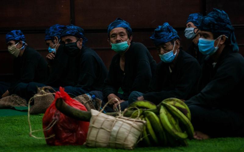 Warga Badui mengikuti Tradisi Seba di Rangkasbitung, Lebak, Banten, Jumat (21/5/2021). Seba Baduy merupakan tradisi tahunan warga Baduy sebagai ungkapan rasa syukur serta menjadi media komunikasi adat Suku Baduy dengan pemerintah yang digelar pada tanggal 21-23 Mei 2021.  - ANTARA