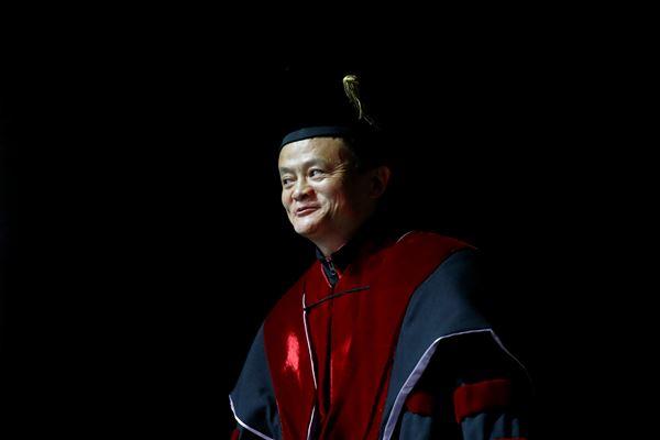 Jack Ma, pendiri raksasa e-commerce dari  China, Alibaba, menerima gelar doktor kehormatan dari Universitas Tel Aviv, Israel  pada 3 Mei 2018. - Reuters
