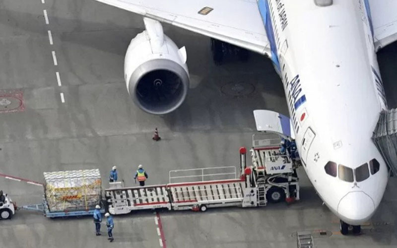 Pesawat All Nippon Airways yang membawa vaksin virus Covid-19 buatan Pfize Inc tiba di Bandara Narita Tokyo dari Brussels, Belgia. pada 12 Februari 2021./Antara - Reuters