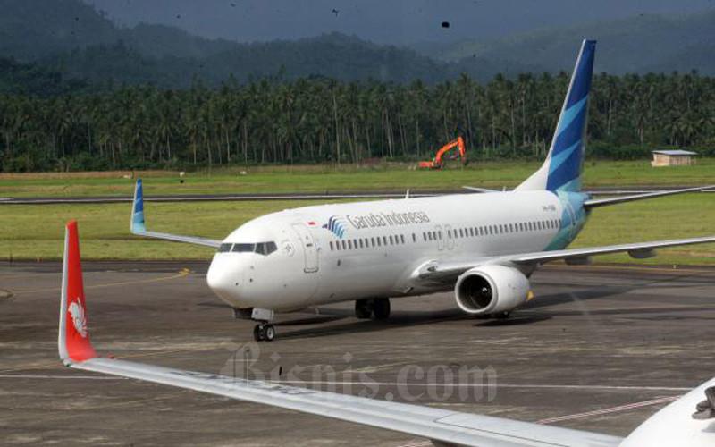 Pesawat milik maskapai penerbangan Garuda Indonesia bersiap melakukan penerbangan di Bandara internasional Sam Ratulangi Manado, Sulawesi Utara akhir pekan lalu (8/1/2017). - Bisnis/Dedi Gunawan\n