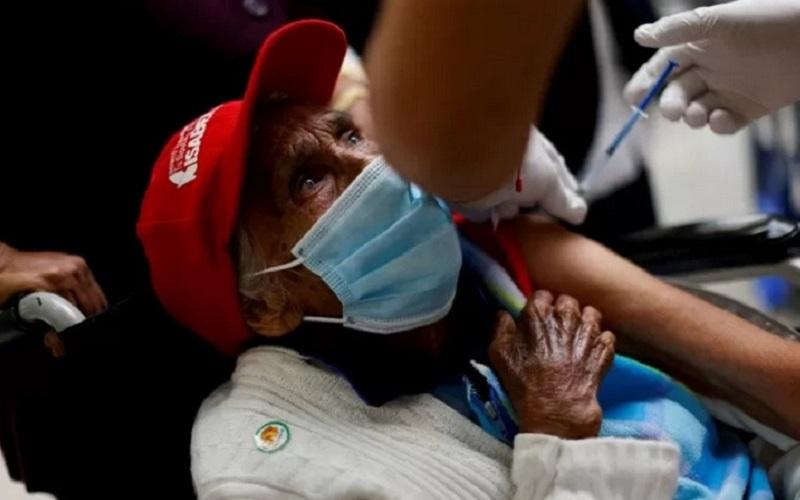 Ilustrasi seorang lelaki lanjut usia vaksinasi Covid-19./Antara - Reuters