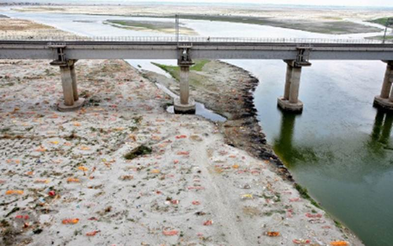 Pemandangan kuburan manusia di tanah pasir yang dangkal, beberapa diduga meninggal akibat terinfeksi virus Corona (COVID-19), di tepian Sungai Gangga di Phaphamau, pinggir kota Prayagraj, India, Jumat (21/5/2021)./Antara - Reuter/Ritesh Shukla