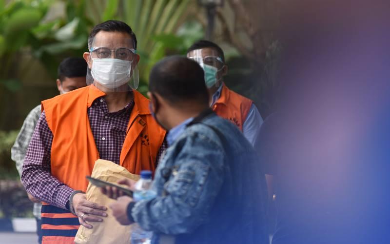 Mantan Menteri Sosial Juliari Peter Batubara (kiri) saat tiba untuk menjalani pemeriksaan di Gedung Merah Putih KPK, Jakarta, Kamis (1/4/2021). - Antara