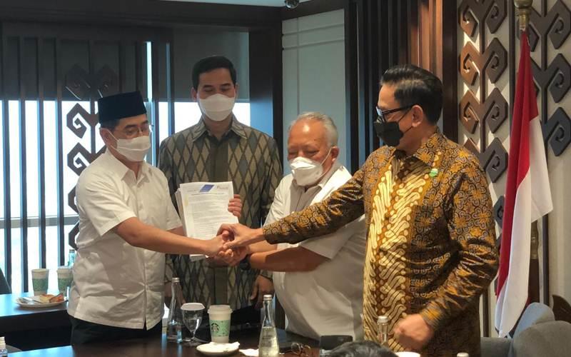 Arsjad Rasjid saat menyerahkan dokumen pendaftaran Calon Ketua Umum Kadin Periode 2021/2025. - Bisnis/Aprianus Doni