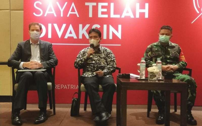 Ketua Umum Perhimpunan Hotel dan Restoran Indonesia (PHRI) Hariyadi B Sukamdani (tengah) saat memberikan keterangan pers di sela acara vaksinasi bagi karyawan hotel repatriasi, yang digelar di Hotel Grand Hyatt, Jakarta, pada Senin (24/5). (Antara - Adimas Raditya)
