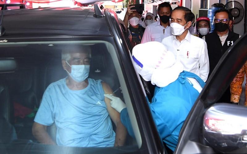 Presiden Joko Widodo memantau pos pelayanan vaksinasi Covid-19 drive thru untuk lansia - Allianz Indonesia