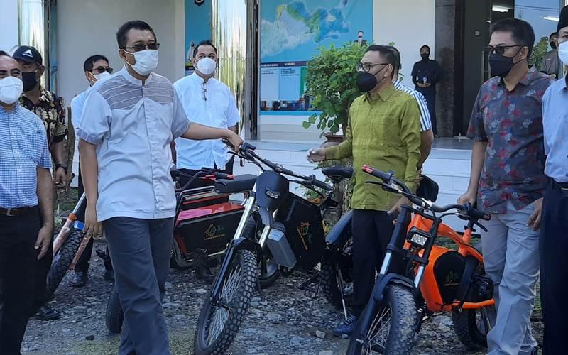 Foto Arsip - Gubernur NTB Zulkiflimansyah memegang Sepeda Listrik Produksi Stipark - Bisnis/Harian Noris Saputra
