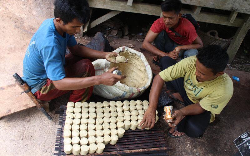 Salah seorang petani tengah mencetak gambir yang berada di daerah Desa Mudiak Gantiang, Kecamatan Sutera, Kabupaten Pesisir Selatan, Sumatra Barat, Senin (10/5/2021). - Bisnis/Noli Hendra