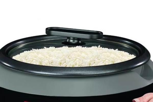 Menanak nasi di rice cooker.  - Istimewa
