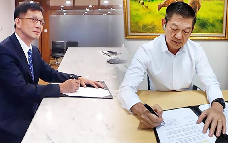 Direktur Utama Zyrexindo Mandiri Buana Timothy Siddik (kanan) dan VP dari Pegatron, Steve Huang melakukan perjanjian kerja sama antarperusahaan untuk memproduksi Laptop di Indonesia.