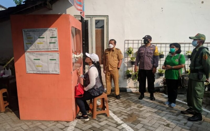 PMI yang isolasi di Kelurahan Burengan, Kota Kediri, Jawa Timur, jalani tes usap guna mengantisipasi penyebaran Covid-19. - Antara/Kominfo Kota Kediri