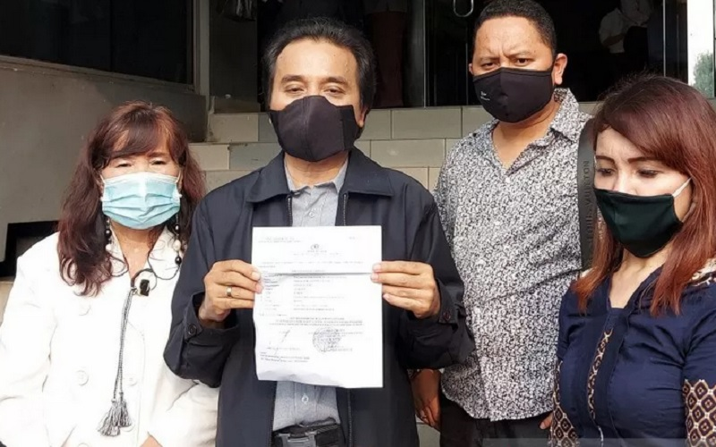 Roy Suryo (tengah) memberikan keterangan kepada wartawan usai melaporkan pesinetron Lucky Alamsyah ke Polda Metro Jaya, Senin (24/5/2021). - Antara\r\n\r\n