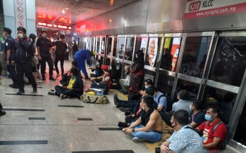 Penumpang LRT yang dievakuasi dari lokasi kecelakaan. - ANTARA Foto/Telegram