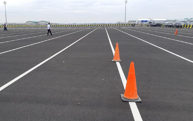 Beberapa pria tengah berjalan di dalam Terminal Kendaraan Pelabuhan Patimban, Subang pada Minggu (10/1/2021). Pelabuhan Patimban ini digadang-gadang akan menjadi pelabuhan kedua terbesar setelah Pelabuhan Tanjung Priok.  - BISNIS.COM/Rinaldi M. Azka