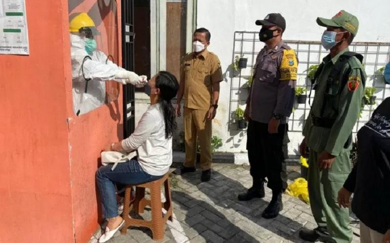 Tim medis melakukan pemeriksaan kesehatan pada pekerja migran Indonesia (PMI) asal Kota Kediri, Jawa Timur, yang diisolasi setelah pulang ke Tanah Air. - Antara\r\n