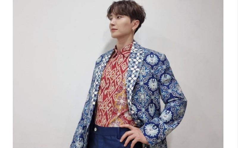 Park Jung-soo alias Leeteuk yang mengenakan batik kiriman Gubernur Jabar Ridwan Kamil - Instagram