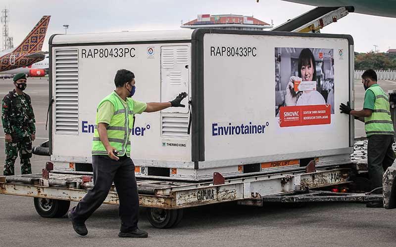 Dokumentasi - Petugas menurunkan kontainer berisi vaksin Covid-19 saat tiba di Bandara Soekarno-Hatta, Tangerang, Banten, Selasa (12/1/2021). ANTARA FOTO - Dhemas Reviyanto