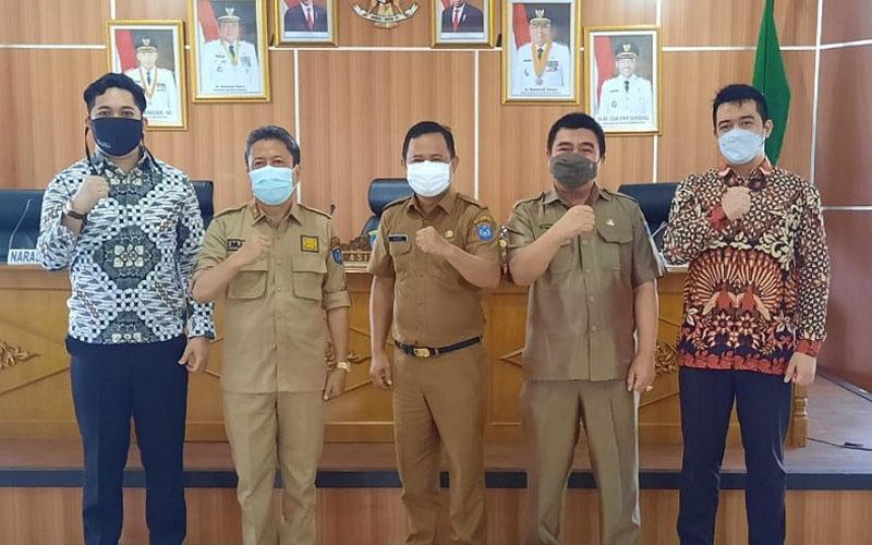 Kepala Dinas Komunikasi dan Informatika Kabupaten OKI Alexsander Bastomi (tengah) mengatakan peningkatan kesadaran keamanan siber di tubuh pemda penting seiring dengan tren serangan siber yang meningkat selama masa pandemi Covid-19. - Istimewa