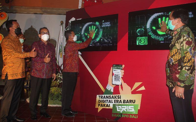 Dirut BPD Bali I Nyoman Sudharma (kiri), bersama Kepala BI Perwakilan Bali Trisno Nugroho (dua dari kiri), dan Dirut RSUP Sanglah I Wayan Sudana (tiga dari kiri) dan Dirkeu RSUP Sanglah Agustinus Pasalli meresmikan sistem pembayaran non tunai menggunakan QRIS dan virtual account di rumah sakit milik pemerintah terbesar di Bali Nusra ini. Bisnis - Feri Kristianto