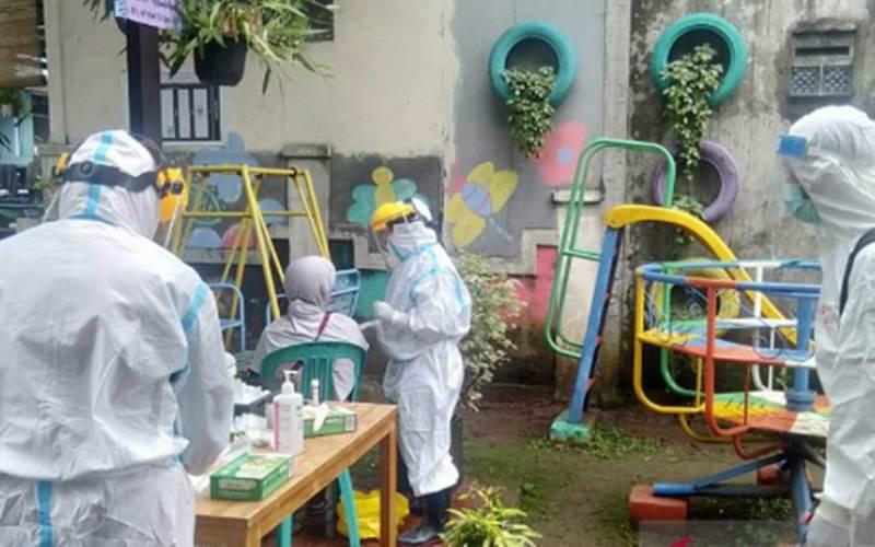 Warga Perumahan Griya Melati Kota Bogor saat menjalani tes swab antigen./Antara/HO - Pemkot Bogor