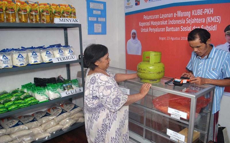 Seorang Ibu sedang berbelanja di e-Warong. - Istimewa/Kemenkominfo
