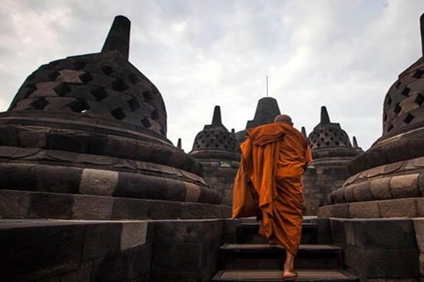 Seorang biksu melakukan ziarah di Candi Borobudur, Magelang, Jateng. - Antara/Andreas Fitri Atmoko