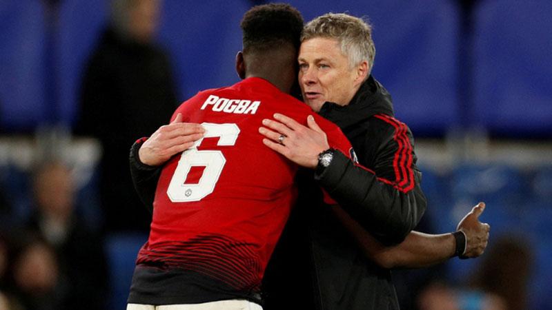 Pelatih Manchester United Ole Gunnar Solskjaer (kanan) dan gelandang serang Paul Pogba. - Reuters/John Sibley