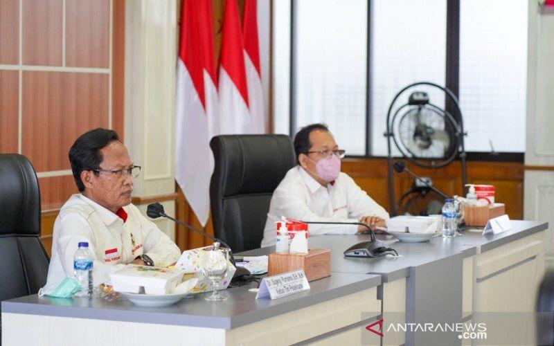 Ketua Tim Pelaksana Kajian UU ITE Sugeng Purnomo (kiri) saat menggelar rapat di Kantor Kemenko Polhukam, Jakarta, Rabu (24-2-2021). (ANTARA - HO/Humas Kemenko Polhukam)