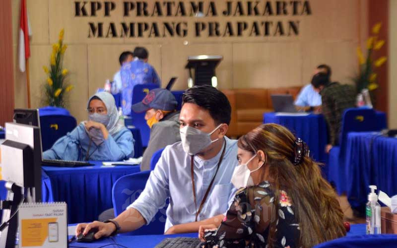 Wajib pajak melaporkan surat pemberitahuan tahunan (SPT) Pajak di Kantor Pajak Pratama (KPP) Mampang Prapatan, Jakarta, Rabu (31/3/2021). Bisnis - Fanny Kusumawardhani