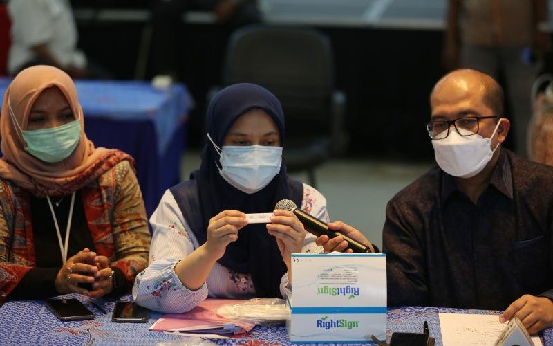 Dokter Penanggung Jawab Laboratorium Kimia Farma Medan Kartini Tissi Liskawini Putri (tengah) bersama Direktur Utama PT Kimia Farma Diagnostika Adil Fadilah Bulqini (kanan) menunjukkan contoh alat swab Antigen kepada wartawan saat konferensi pers di Lantai Mezzanine Bandara Internasional Kualanamu, Deliserdang, Sumatera Utara, Rabu (28/4/2021). - ANTARA FOTO/Adiva Niki